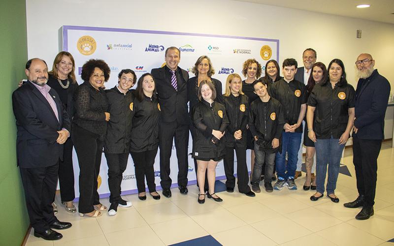Os jovens formandos do 1º Curso de Banhistas de Pets, o presidente do Sindan Elcio Inhe (à esquerda) e a equipe do Instituto Meta Social
