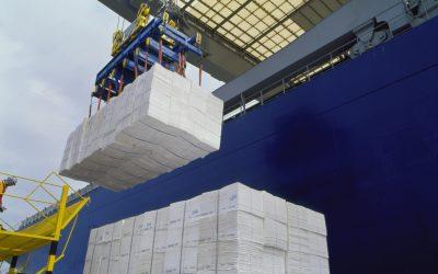 Fardos de celulose exigem aço de qualidade para garantir segurança no transporte